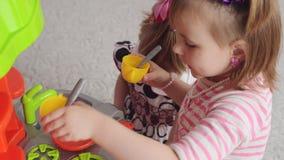 SUMY, UCRAINA - 24 GIUGNO 2017: Piccoli orfani dell'orfanotrofio che giocano con la cucina del giocattolo nella stanza archivi video