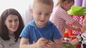 Sumy, Ucraina - 24 giugno 2017: Un gioco volontario con gli orfani in un orfanotrofio Fuoco selettivo stock footage