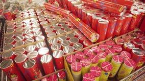 SUMY, UCRANIA - 12 DE DICIEMBRE DE 2018: Galletas festivas de la Navidad también sabidas en un supmarket Tiro de la cacerola, 4k almacen de video