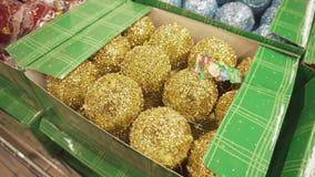 SUMY, UCRANIA - 12 DE DICIEMBRE DE 2018: Juguetes del día de fiesta, bolas brillantes para adornar el árbol de navidad en color o metrajes