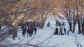 Sumy, Ucrania - 19 de enero de 2019: Gente en Sunny Winter Day en el baño de la epifanía metrajes