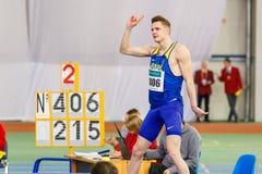 SUMY, UCRANIA - 28 DE ENERO DE 2018: Los triunfos de Vadym Kravchuk en la competencia del salto de altura en atletismo interior u Foto de archivo