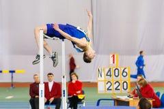 SUMY, UCRANIA - 28 DE ENERO DE 2018: Vadym Kravchuk critica su tentativa de 2 los 20m en la competencia del salto de altura en uc Foto de archivo libre de regalías