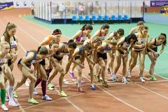 SUMY, UCRANIA - 17 DE FEBRERO DE 2017: comienzo de la raza final los 3000m en el campeonato interior ucraniano 2017 del atletismo fotografía de archivo