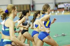 SUMY, UCRANIA - 17 DE FEBRERO DE 2017: comienzo de la raza final los 3000m en el campeonato interior ucraniano 2017 del atletismo Imagen de archivo