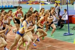 SUMY, UCRANIA - 17 DE FEBRERO DE 2017: comienzo de la raza final los 3000m en el campeonato interior ucraniano 2017 del atletismo Fotografía de archivo libre de regalías