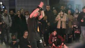 SUMY, UCRANIA 25 DE FEBRERO DE 2017: un individuo joven en un breakdance de las danzas del sombrero negro en el festival salvaje  metrajes