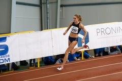SUMY UKRAINA - FEBRUARI 17, 2017: Anna Drozdova konkurrerar i kvinna`en s 400m som kör i en inomhus friidrotthändelse Fotografering för Bildbyråer