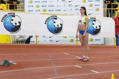 SUMY UKRAINA - FEBRUARI 17, 2017: Kovtun Inna#20 för kvalifikationlopp i kvinna`en s 400m som kör i ett inomhus Arkivbild