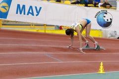 SUMY UKRAINA - FEBRUARI 17, 2017: Kovtun Inna#20 för kvalifikationlopp i kvinna`en s 400m som kör i ett inomhus Royaltyfri Fotografi
