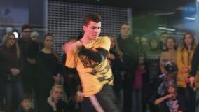 SUMY UKRAINA - FEBRUARI 25, 2017: Ung man i en gul t-skjorta dans på den lösa festivalen för danshöft-flygtur dans Medelslut arkivfilmer
