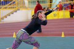 SUMY UKRAINA - FEBRUARI 17, 2017: Viktoria Kyrylenko - 3rd i femkamp av ukrainsk inomhus friidrott Fotografering för Bildbyråer