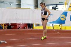 SUMY UKRAINA - FEBRUARI 17, 2017: Viktoria Tkachuk #140 för kvalifikationlopp i kvinna`en s 400m som kör i Arkivbilder