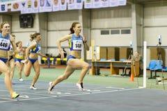 SUMY UKRAINA - FEBRUARI 18, 2017: Viktorya Pyatachenko-Kashcheyeva färdig i andra hand i final av 60m sprintar konkurrens Arkivfoto