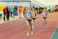 SUMY UKRAINA - JANUARI 28, 2018: Natalia Pyrozhenko segrar i det 800m loppet på det ukrainska inomhus friidrottlaget Arkivfoto