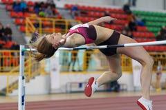 SUMY UKRAINA, LUTY, - 17, 2017: młoda sportsmenka skacze nad barem w kwalifikacja Wysokiego skoku rywalizaci Fotografia Stock