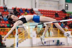 SUMY UKRAINA, LUTY, - 17, 2017: młoda sportsmenka skacze nad barem w kwalifikacja Wysokiego skoku rywalizaci Zdjęcie Stock