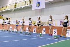 SUMY, UKRAINE - 17. FEBRUAR 2017: Olesya Povkh und andere Sportlerin vor Anfang des 60m Sprintwettbewerbs von Stockbilder