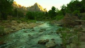 Sunąć strzał rzeka przez oszałamiająco gór zbiory wideo