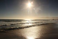 Sun, água, e areia Fotos de Stock