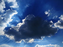 Sun éclatant par l'été de nuages photo libre de droits