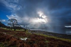 Sun éclate par une tempête de pluie sur le loch Linnhe en Ecosse photographie stock libre de droits