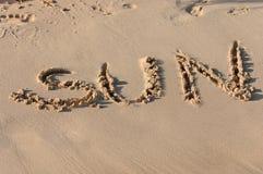 Sun écrit en sable Photos stock