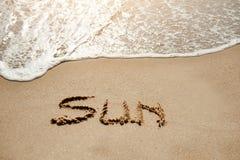 Sun écrit sur la plage de sable près de la mer - les vacances détendent le concept Image stock