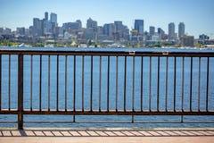Sun über im Stadtzentrum gelegenem Seattle mit Elliott Bay und einem Geländer in t Lizenzfreie Stockfotos