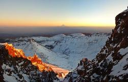 The Sun πέρα από το βουνό Aragats Αρμενία _ Στοκ Φωτογραφία