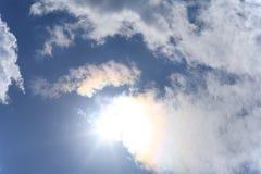 Sun и белые облака Стоковые Изображения RF