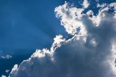 Sun& x27; 在云彩后的s光芒 库存图片