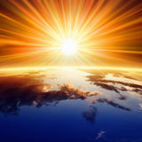 Sun acima da terra fotografia de stock royalty free