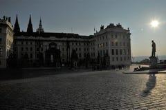Sun acima de T g M Estátua em Praga imagens de stock royalty free