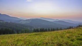 Sun ajusta-se sobre as montanhas do verão Lapso de tempo video estoque