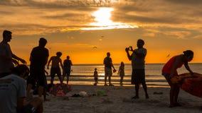 Sun ajustou o céu em chamas na praia ocupada florida do clearwater fotografia de stock royalty free