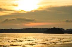 Sun ajustou-se em uma praia Fotografia de Stock