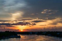 Sun ajustou-se no rio Fotografia de Stock