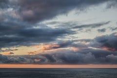 Sun ajustou-se sobre o oceano Imagens de Stock