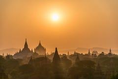 Sun ajustou-se sobre o pagode Imagens de Stock Royalty Free