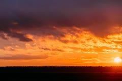 Sun al cielo di alba di tramonto Cielo drammatico luminoso con le nuvole Yel immagini stock libere da diritti