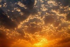 Sun alaranjado escondido pelo por do sol dramático das nuvens Fotos de Stock Royalty Free