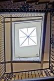 Sun a allumé le puits d'escalier Image libre de droits