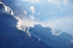 The Sun allume un bord de nuage Photo stock