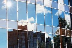 Sun allument la réflexion de nuage de ciel dans l'immeuble de bureaux en verre Photographie stock