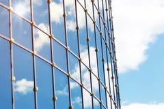 Sun allument la réflexion de nuage de ciel dans l'immeuble de bureaux en verre Photo stock