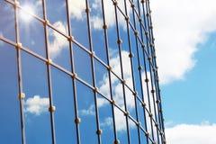 Sun allument la réflexion de nuage de ciel dans l'immeuble de bureaux en verre Photo libre de droits