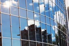 Sun allument la réflexion de nuage de ciel dans l'immeuble de bureaux en verre Images libres de droits