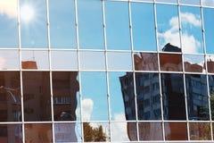 Sun allument la réflexion de nuage de ciel dans l'immeuble de bureaux en verre Image stock