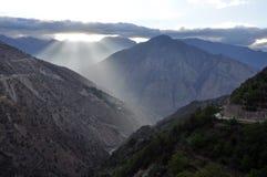 Sun-Anstieg hinter Berg lizenzfreie stockbilder
